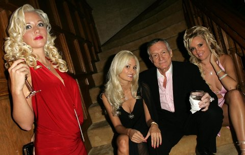 Kendra Wilkinson (til venstre) er bare én av flere av Hugh Hefners tidligere kjærester som har uttalt seg om det ville og absurde sexlivet med den avdøde Playboy-kongen. Her avbildet med HollyMadison ogBridget Marquardt på hver sin side.