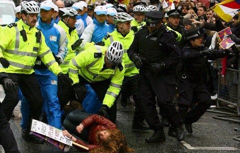 Demonstranter forsøker å stoppe og stjele OL-fakkelen under den internasjonale fakkelstafetten i London 5. april 2008.