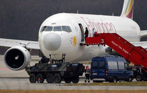 Et kapret fly fra Ethiopian Airlines landet på flyplassen i Genève i Sveits mandag morgen. Verken passasjerer eller mannskap ble skadd under dramaet. Annenpiloten, som står bak kapringen, har overgitt seg og vil søke om asyl i Sveits.