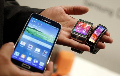 ALLE GODE TING ER TRE: Samsung holdt pressekonferanse i Barcelona mandag 24. februar klokken 20.00 norsk tid. Her ble både flaggskipmobilen Galaxy S5 og smartklokkene Gear 2 og Gear Fit avduket.