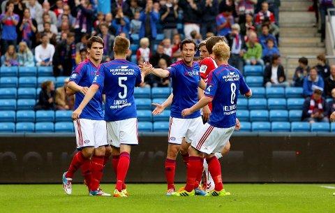 Morten Berre blir gratulert med sin scoring mot Lyn i byderbyet.