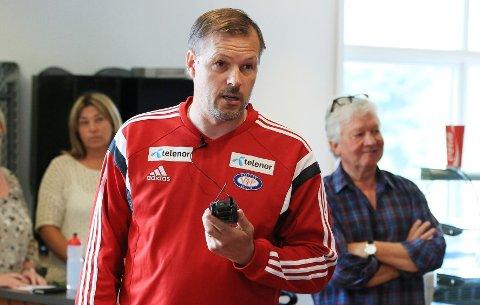 Kjetil Rekdal oppfordret Vålerenga-miljøet til å stå samlet bak klubben fremfor å krangle i et møte på Valle lørdag. I bakgrunnen står styreleder Åge Petter Christiansen.