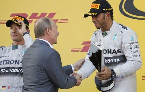 TIL TOPPS: Lewis Hamilton gratuleres av Russlands president Vladimir Putin etter seieren i formel 1-løpet i Sotsji.