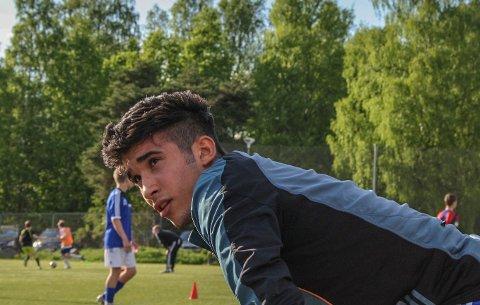 Yusuf Kutluca (18) synes ikke det satses nok på unge fotballtalenter i Norge.