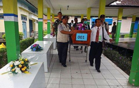 OMKOMMET: En kiste med en av ofrene fra flight QZ8501 bæres ut fra et sykehus i Pangkalan Bun onsdag.
