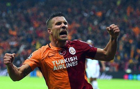 BYTTER BEITE: Lukas Podolski. Her feirer han et Galatasaray-mål i Champions League mot Benfica.