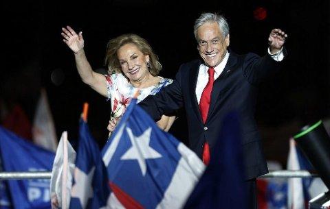 Den konservative kandidaten og tidligere presidenten Sebastián Piñera vant presidentvalget i Chile. Her er han fotografert sammen med sin kone Cecilia Morel etter at valgseieren var et faktum.