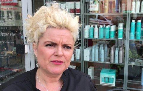 Frisør Merete Hodne krever inntil 200.000 kroner i oppreisning fra hvert av medlemmene i revygruppa som kalte henne «nazifrisør» i sangen om «en hårsår frisør fra Bryne».