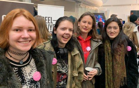 FØLGER DRØMMEN: Helene (22), Benedikte (20), Julie (22) og Kathtrine (22) (fra v.) studerer grafisk design. Aller helst vil de skape seg et navn og etablere en egen bedrift - men ikke uten annen erfaring først.