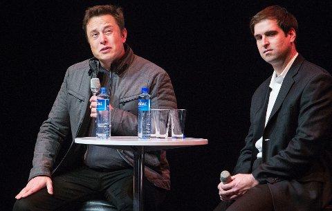 Gründer og toppsjef Elon Musk i Tesla sammen med utviklingsdirektør Jeffrey B. Straubel (t.h) - her på et møte i Oslo i 2014.