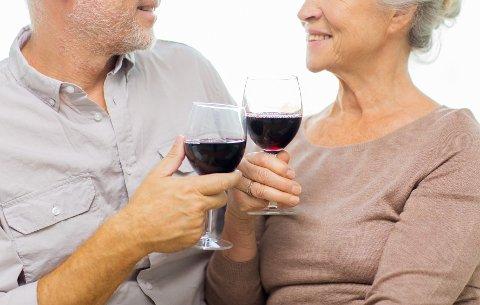 Eldre drikker alkohol oftere og mer enn tidligere. Foto: Shutterstock
