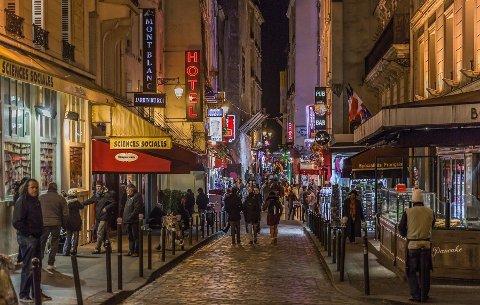 President Emmanuel Macrons plan for å redusere CO2-utslipp innebærer blant annet forbud mot varmelamper ute på restauranter og caféer. På bildet ser vi deler av Latinerkvarteret i Paris.