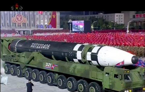 Bildet fra nordkoreansk statsfjernsyn viser fram det som tilsynelatende er en ny interkontinental ballistisk rakett i Pyongyang. Foto: KRT via AP / NTB scanpix