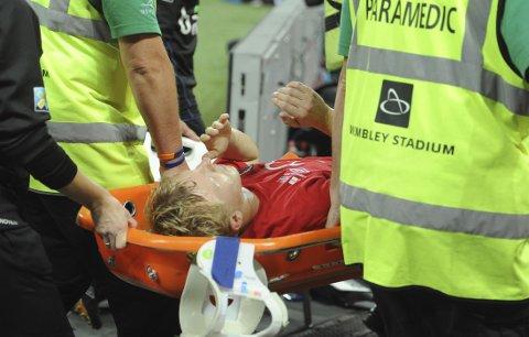 SKADET: Mats Møller Dæhli måtte bæres av banen etter at han pådro seg en skade.