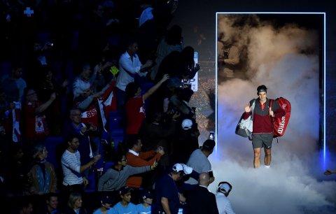 SHOW: Roger Federer entrer arenaen gjennom tørris, før semifinaleoppgjøret mot landsmannen Stanislas Wawrinka. Verdenstoeren vant kampen, og er klar for finale mot Novak Djokovic.