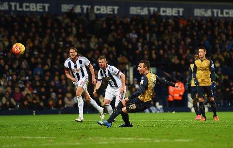 BALLEN OPP, RYGGEN NED: Arsenal lå under og fikk straffe i 83. spilleminutt mot West Bromwich, men Santi Cazorla mistet fotfestet og sendte ballen opp på tribunen.