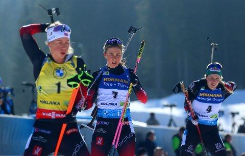 SPENNENDE VM-AVSLUTNING: Ingrid Landmark Tandrevold (midten) og Tiril Eckhoff kapret nye VM-medaljer i Pokljuka, men kunne ikke matche skytingen til Østterikes vinnerLisa Theresa Hauser (til høyre).