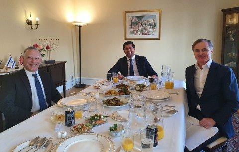 HYGGELIG LUNSJ: Israels ambassadør Alon Roth møter med Frp-politiker Himanshu Gulati og superinvestor Øystein Stray Spetalen hjemme i ambassaderesidensen i Oslo.