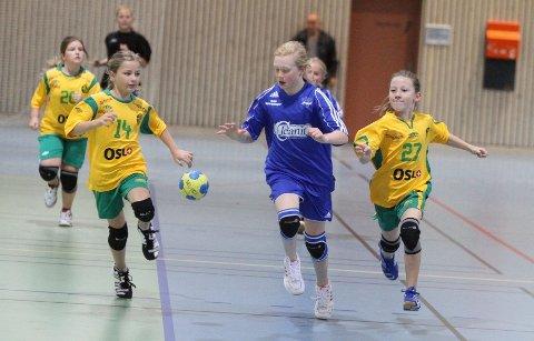 Full fart: Oppsals Magella Marie Borgen Haugland prøver å løpe i fra to Ull/Kisa-spillere. Foto: Arild Jacobsen