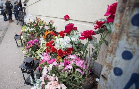 BLOMSTER PÅ FORTAUET: Tidligere på dagen var det satt ut mye blomster og lys på fortauet i Svanevej der der mistenkte terroristen ble skutt og drept. Senere ble blomstene fjernet.