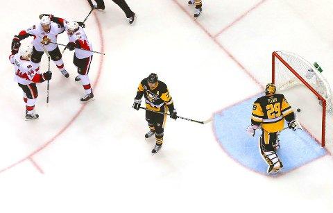 ET SKØYTE FORAN: Jean-Gabriel Pageau (lengst til venstre) og Bobby Ryan scoret et mål hver da Ottawa Senators sikret seg seieren i første semifinalekamp mot regjerende Stanley Cup-mester Pittsburgh Penguins.