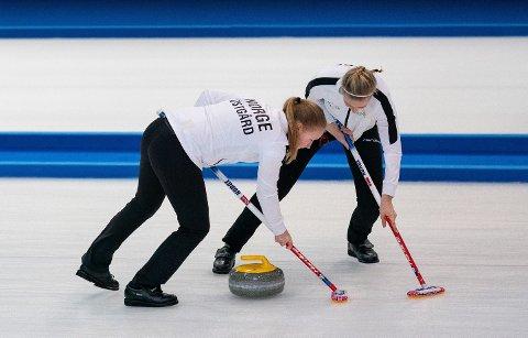 Nora Østgård og Ingeborg Forbregd i aksjon under curlingfinalen i ungdoms-OL. Norge slo Japan 5-4 etter forlengning. foto: Jed Leicester, OIS / NTB scanpix
