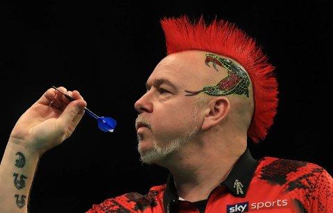 Den regjerende verdensmesteren Peter Wright får delta i en hjemmeturnering i dart. Skotske Gary Anderson får ikke delta på grunn av dårlig hjemmenett. Foto: Simon Cooper / PA via AP / NTB scanpix