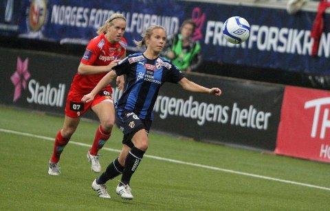 SOLID: 21-åringen spilte en god kamp på høyrebacken for Stabæk. Her vinner Line en duell mot landslagsspiss Elise Thorsnes.