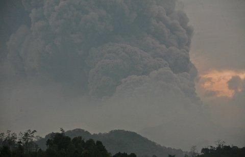 Vulkansk aske sprer seg etter utbruddet i Mount Kelud, her sett fra landsbyen Mbalak i Blitar East Java, Indonesia.