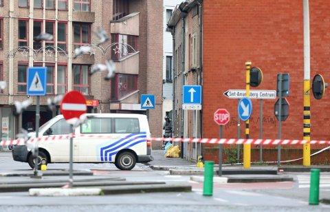 POLITIET AKSJONERTE: Belgisk politi tar oppstilling nær Pilorijnstraat etter at fire væpnede menn tok seg inn i en leilighet og tok et gissel.