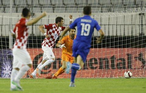 MÅLSCORER Mario Mandzukic jubler etter nettkjenningen mot Gianluigi Buffon og Italia i Split fredag kveld.