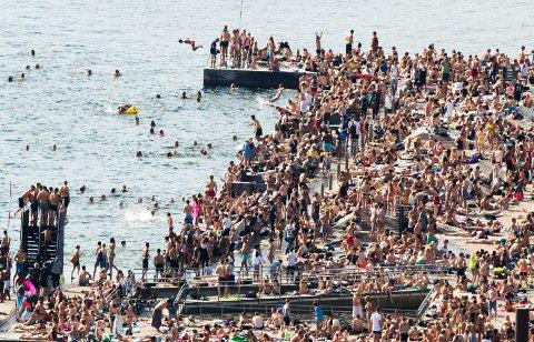 SØRENGA: Sørenga Sjøbad i Oslo ble besøkt av et titalls tusen mennesker hver dag da sola varmet som best i mai. 25. mai ble flere tatt for uanstendig oppførsel.