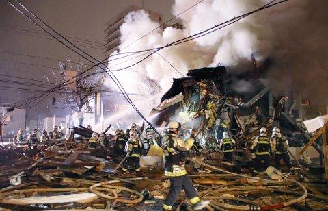 STORE SKADER: Brannmannskapene kjemper i ruinene etter restauranten som ble rammet av en voldsom eksplosjon på søndag.