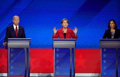 Tidligere visepresident Joe Biden (fra venstre), senator Elizabeth Warren og senator Kamala Harris under kveldens debatt blant de ti demokratiske presidentkandidatene i Houston, Texas. Foto: David J. Phillip/ AP/ NTB scanpix