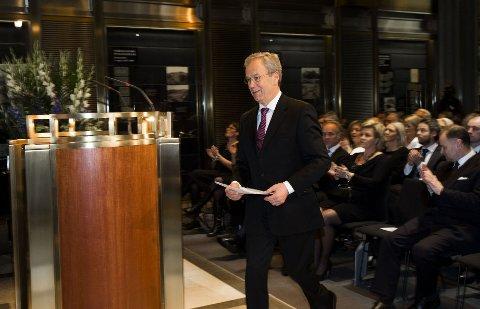 Sentralbanksjef Øystein Olsen på vei opp til talerstolen for sin årstale i Norges Bank torsdag kveld.