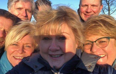 Målingen gir Erna Solbergs Høyre det beste resulatet på tre og et halvt år og regjeringspartnerne Høyre, Frp og Venstre er kun ett mandat unna rent flertall på Stortinget. Her en Erna-selfie under regjeringsforhandlingene på Jeløya i januar 2018.