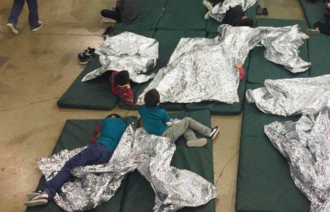 Bildet viser barn som holdes i en interneringsleir i McAllen i Texas. Bildet er frigjort av amerikanske grensekontrollmyndigheter.