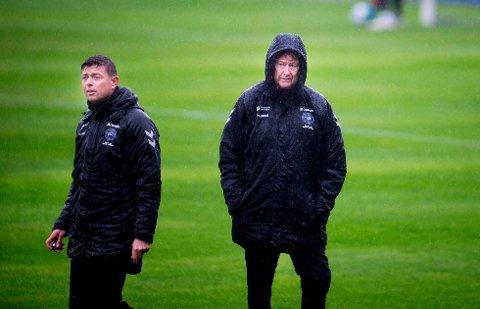 Danmarks landslagssjef Åge Hareide (t.h.) og assistenttrener Jon Dahl Tomasssen vil satse offensivt i hjemmekampen mot Sveits.