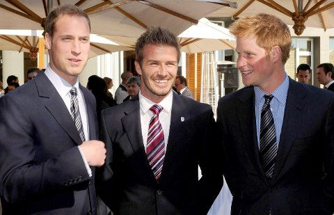 GODE VENNER:David Beckham er stolt over hvordan Harry har taklet papparollen. Prins William (t.v.), David Beckham (midten) og prins Harry (t.h.) under fotball-VM i Sør-Afrika i 2010.