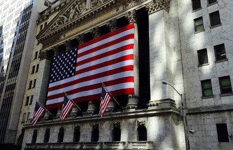 HISTORISK FALL: Dow Jones-indeksen har bare to ganger tidligere falt like mye som den gjorde mandag. Illustrasjonsfoto: New York Stock Exchange på Wall Street i hjertet av finansdistriktet.