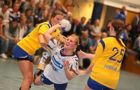 God: Lillann Eeg Kjærnsmo var god hos Nordstrand. Her sklir hun mellom Bækkelagets Rikke Alræk (venstre) og Rikke Sæther.