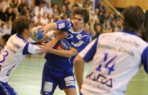 Stopp: Steffen Wahlund prøver seg mot Drammen HKs bunnsolide forsvar.