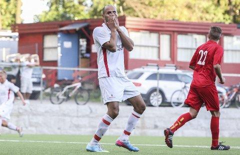 SURT TAP: Ullerns toppscorer Mahmod Hejazi viser sin frustrasjon etter å ha misbrukt en målsjanse mot Røa. Seriekampen på mandag endte 3-3. bEGGE FOTO: Alice Johansen