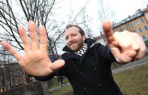 Etter ti år med gjengen i Love Connection gir Thom Hell ut debutalbum og deler sjefsrollen med Marte Wulff og Frank Hammersland.