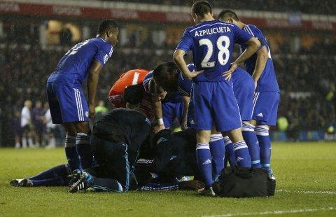 BLE LIGGENDE: Chelseas Kurt Zouma fikk et ublidt møte med egen keeper.