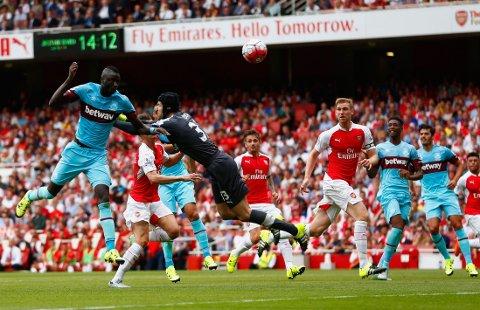 PÅ BÆRTUR: Petr Cech fikk en marerittstart for Arsenal i Premier League.