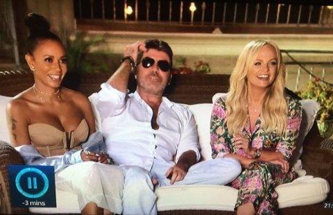 OPS: Simon Cowell sitter bekvemt mellom Mel B og Emma B.