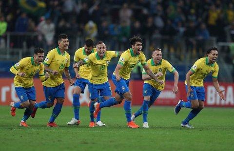 Brasil-spillerne jubler etter å ha vunnet straffesparkkonkurransen mot Paraguay i kvartfinalen. Nå venter en tøffere motstander i semifinalen. I natt møter de Argentina i kampen om en plass i finalen i Copa America. (AP Photo/Natacha Pisarenko)