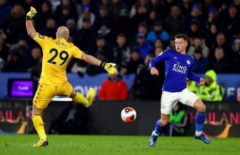 PÅ BÆRTUR. Astobn Villas José Manuel Reina feilberegnet i møte med Leicester.