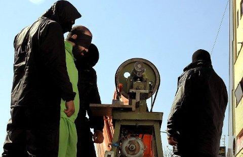 Bildet viser utførelsen av håndsavhugging på en iransk mann (29) i den iranske byen Shiraz i 2013. Mannen var dømt for en rekke innbrudd og utroskap.